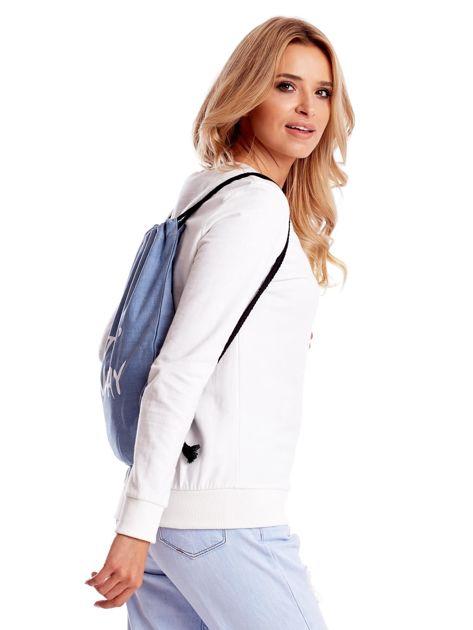 Niebieska jeansowa torba worek z napisem                              zdj.                              2