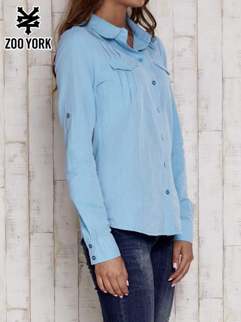 Niebieska koszula a la denim z podwijanymi rękawami                                  zdj.                                  3