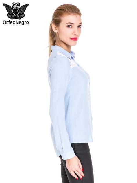 Niebieska koszula damska z koronkową górą                                  zdj.                                  3