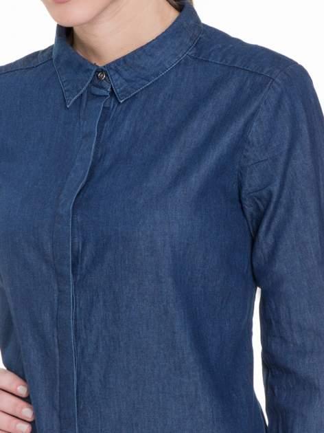 Niebieska koszula jeansowa z kołnierzykiem i krytą listwą                                  zdj.                                  5