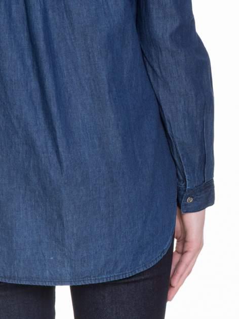 Niebieska koszula jeansowa z kołnierzykiem i krytą listwą                                  zdj.                                  7