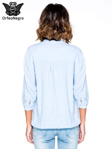 Niebieska koszula w stylu boho z kwiatowym haftem                                  zdj.                                  4