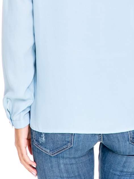 Niebieska koszula ze stójką i kieszonkami na guziczki                                  zdj.                                  6