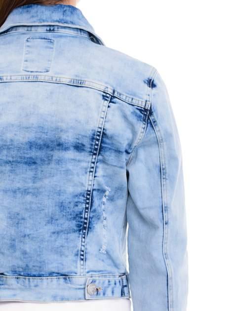 Niebieska kurtka jeansowa damska z cieniowaniem i przetarciami                                  zdj.                                  7
