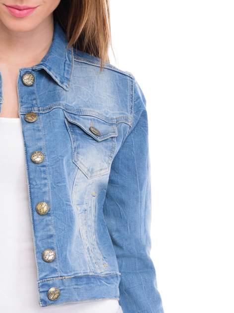 Niebieska kurtka jeansowa damska z efektem gniecenia                                  zdj.                                  5