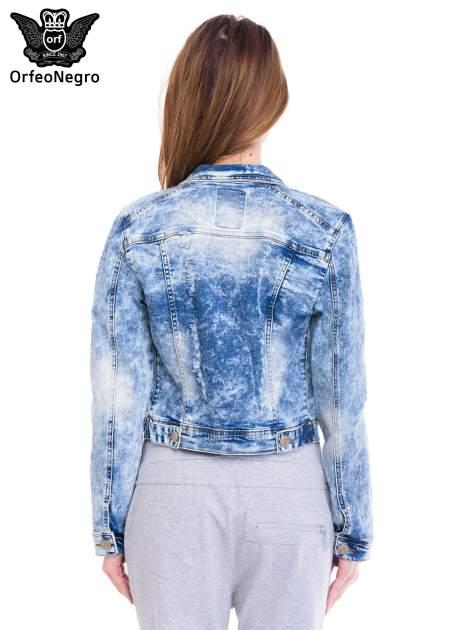 Niebieska kurtka jeansowa damska z marmurkowego denimu                                  zdj.                                  4