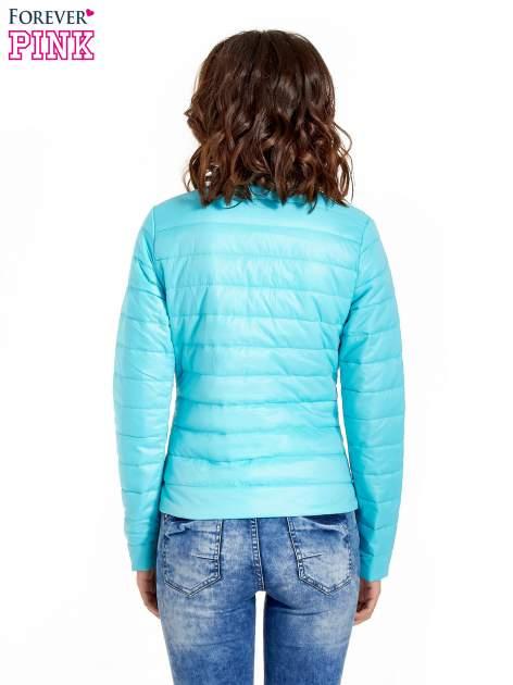 Niebieska lekka kurtka puchowa ze stójką                                  zdj.                                  3