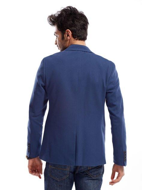 Niebieska marynarka męska slim fit z ozdobnym wykończeniem kieszeni                              zdj.                              2