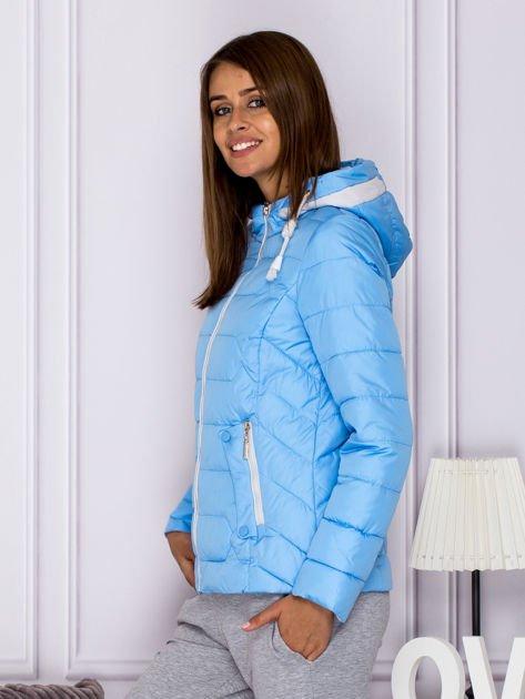 Niebieska pikowana kurtka przejściowa z ozdobnymi suwakami                              zdj.                              5