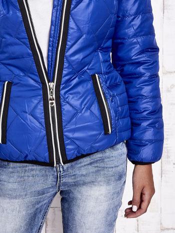Niebieska pikowana kurtka z futrzaną podszewką                                  zdj.                                  10