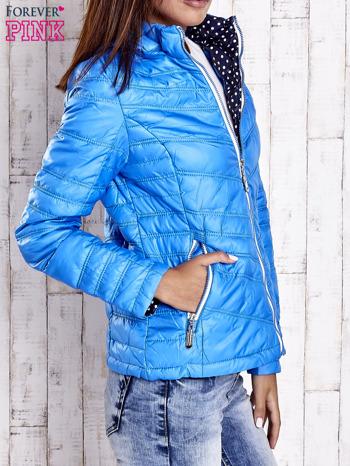 Niebieska pikowana kurtka z wykończeniem w groszki                                  zdj.                                  3