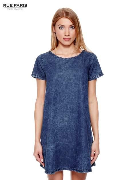 Niebieska prosta sukienka jeansowa z efektem marmurkowym                                  zdj.                                  1