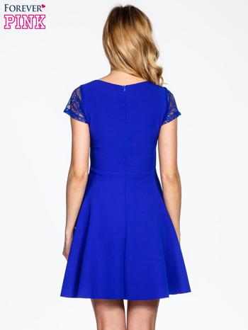Niebieska rozkloszowana sukienka z kwadratowym dekoltem                                  zdj.                                  4