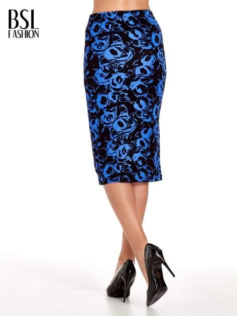 Niebieska spódnica ołówkowa w róże                                  zdj.                                  4