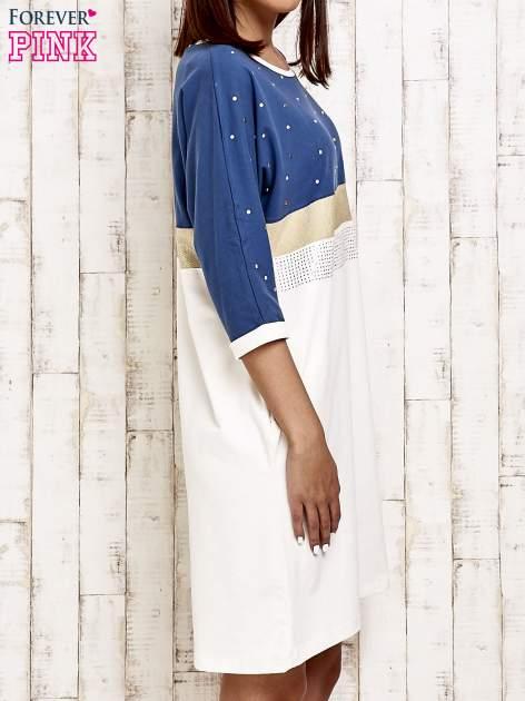 Niebieska sukienka dresowa z kryształkami i dżetami                                  zdj.                                  3