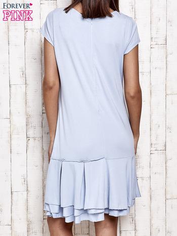 Niebieska sukienka dresowa z ozdobną falbaną                                  zdj.                                  4