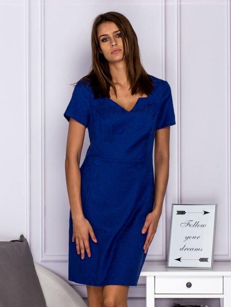 Niebieska sukienka koktajlowa w tłoczony ornamentowy wzór                              zdj.                              1