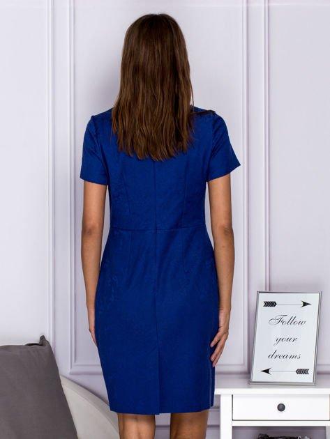Niebieska sukienka koktajlowa w tłoczony ornamentowy wzór                              zdj.                              2
