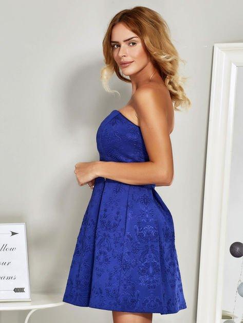 Niebieska sukienka koktajlowa w tłoczony wzór                              zdj.                              5