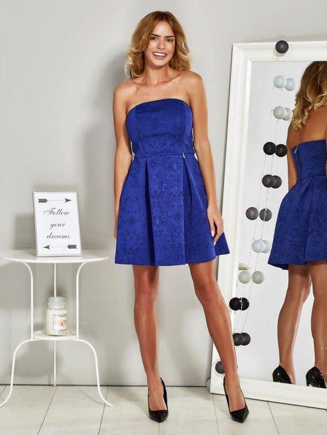 Niebieska sukienka koktajlowa w tłoczony wzór                              zdj.                              4
