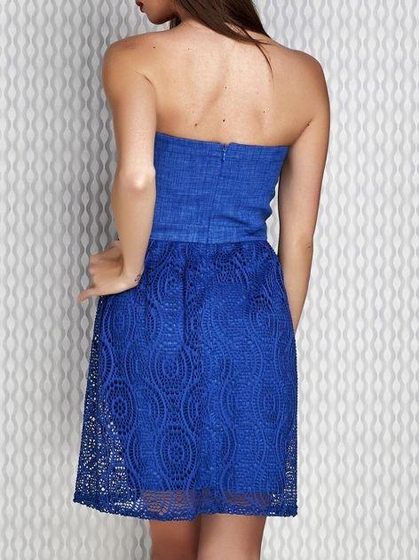 Niebieska sukienka koktajlowa z ażurowym dołem                              zdj.                              2