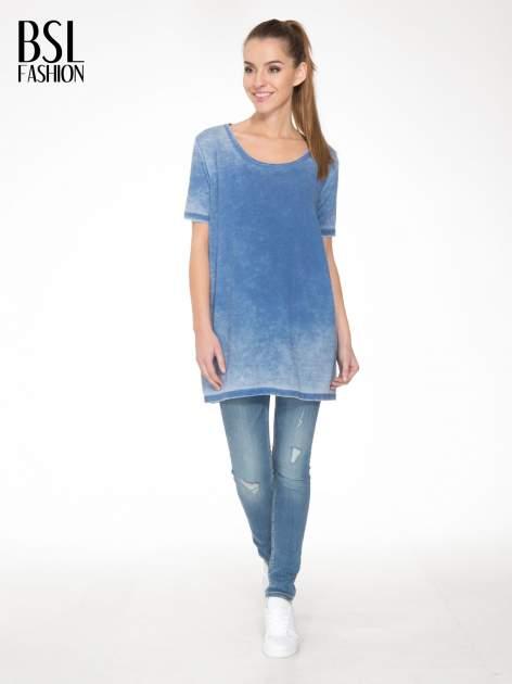 Niebieska sukienka typu t-shirt bluzka z efektem dekatyzowania                                  zdj.                                  2