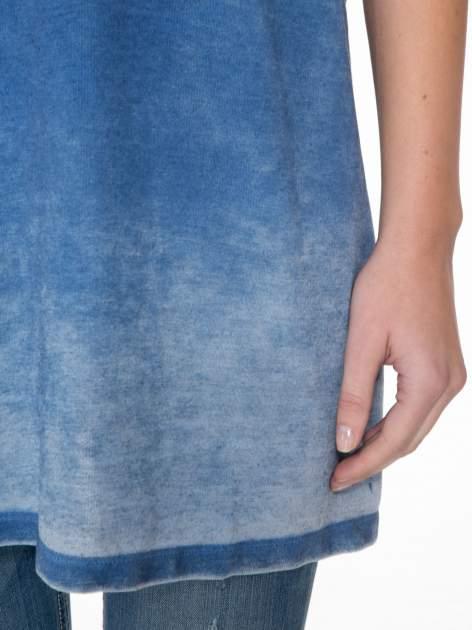 Niebieska sukienka typu t-shirt bluzka z efektem dekatyzowania                                  zdj.                                  6