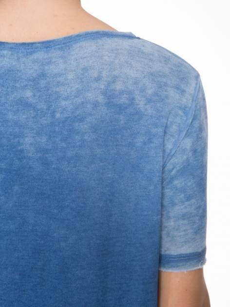 Niebieska sukienka typu t-shirt bluzka z efektem dekatyzowania                                  zdj.                                  7