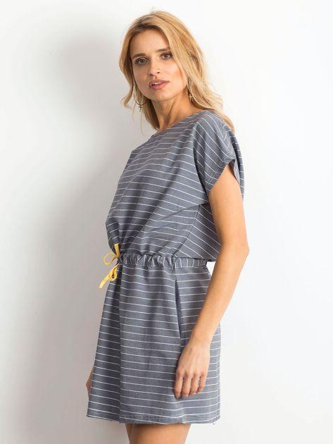 Niebieska sukienka w paski z wiązaniem                              zdj.                              4