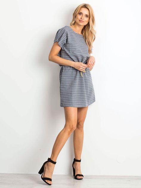 Niebieska sukienka w paski z wiązaniem                              zdj.                              3