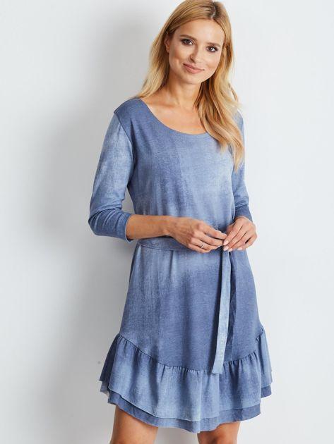 Niebieska sukienka z paskiem i falbaną                              zdj.                              1