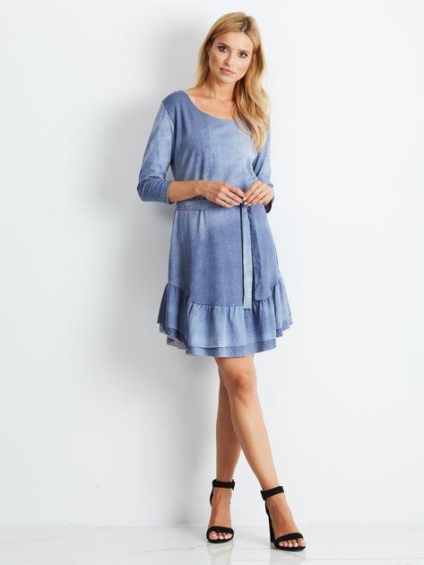 Niebieska sukienka z paskiem i falbaną                              zdj.                              4