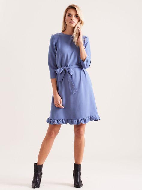 Niebieska sukienka z wiązaniem i falbanami                              zdj.                              4