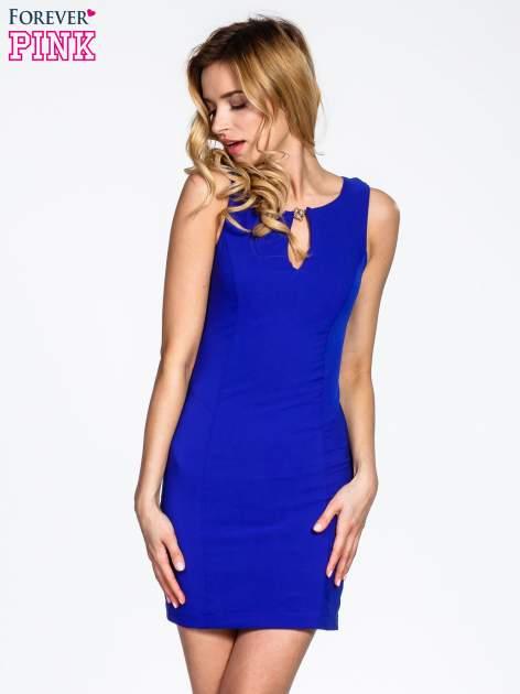 Niebieska sukienka z wycięciem na dekolcie