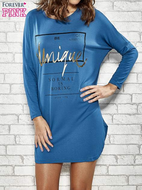 Niebieska sukienka ze złotym napisem UNIQUE