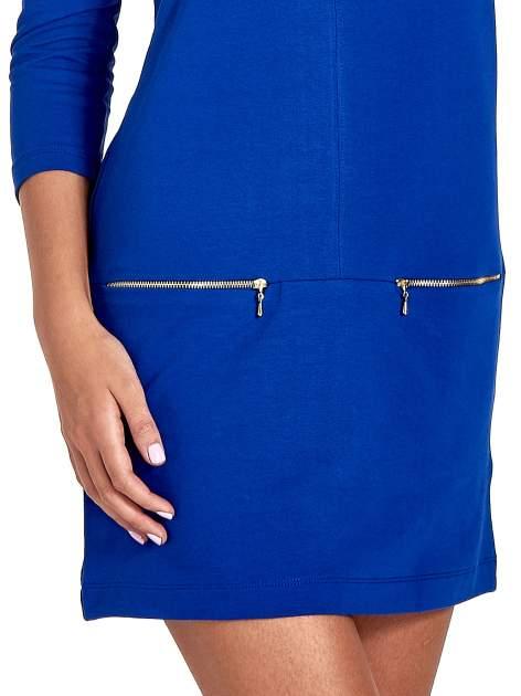 Niebieska sukienka ze złotymi suwakami                                  zdj.                                  5