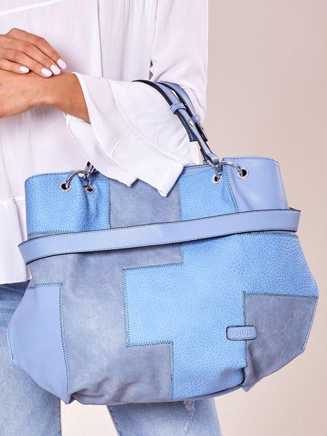 Niebieska torba shopper z geometrycznymi modułami                              zdj.                              1