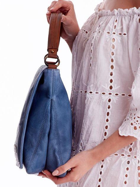 Niebieska torba z ażurowaną klapką                              zdj.                              3