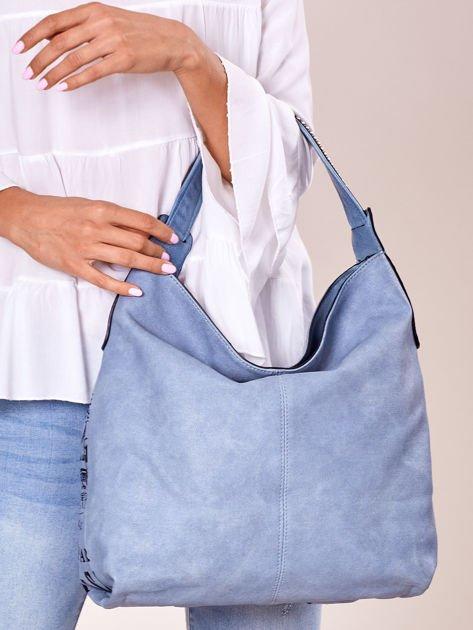 Niebieska torba z ćwiekami na pasku i nadrukiem                              zdj.                              4
