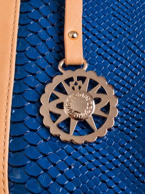 Niebieska torba z motywem skóry węża i ozdobną zawieszką                                  zdj.                                  5