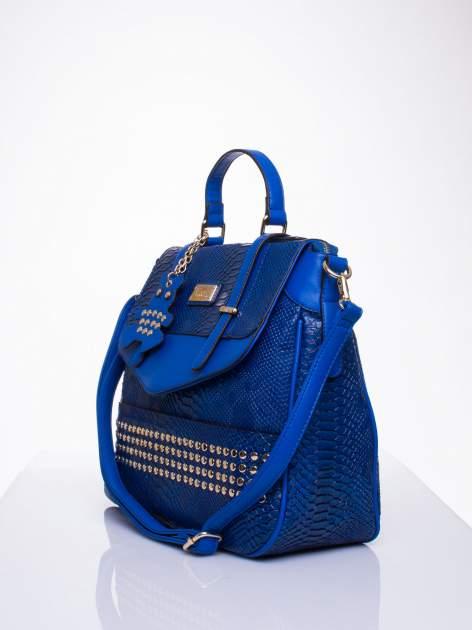 Niebieska torba z zawieszką z motywem skóry węża                                  zdj.                                  3