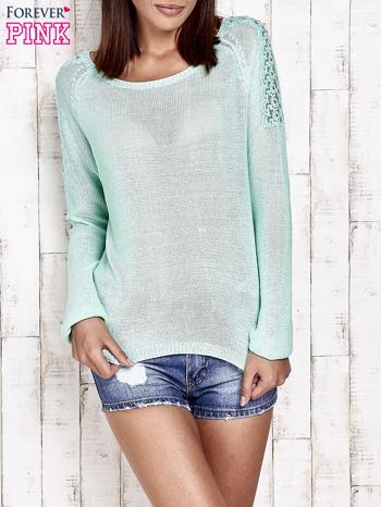 Niebieski błyszczący sweter z koronkowymi wstawkami                                  zdj.                                  1