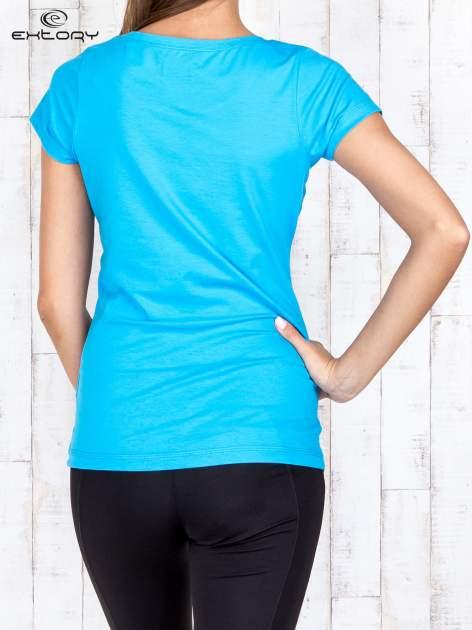 Niebieski damski t-shirt sportowy basic PLUS SIZE                                  zdj.                                  4