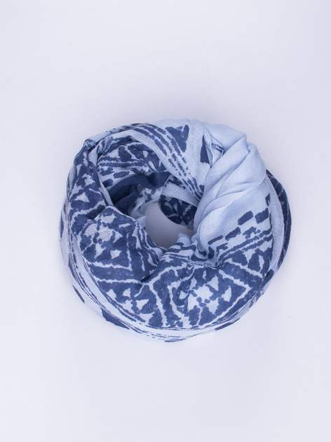 Niebieski duży szal w przetarty geometryczny wzór                                  zdj.                                  1