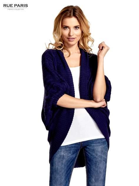 Niebieski dziergany sweter typu otwarty kardigan