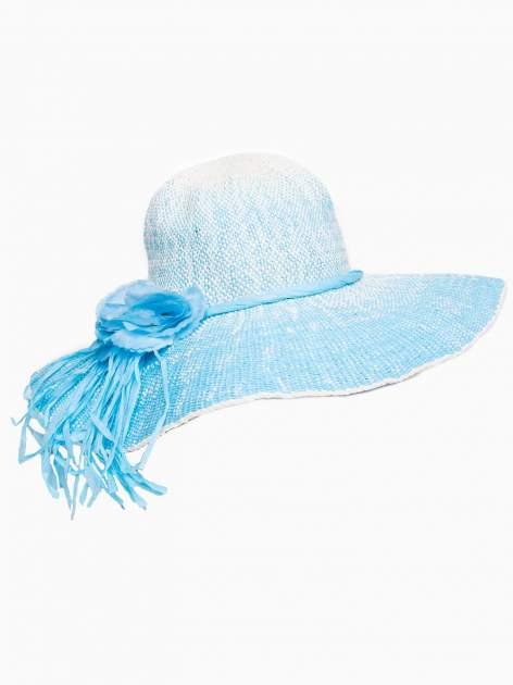 Niebieski kapelusz słomiany z dużym rondem i kwiatem                                  zdj.                                  4