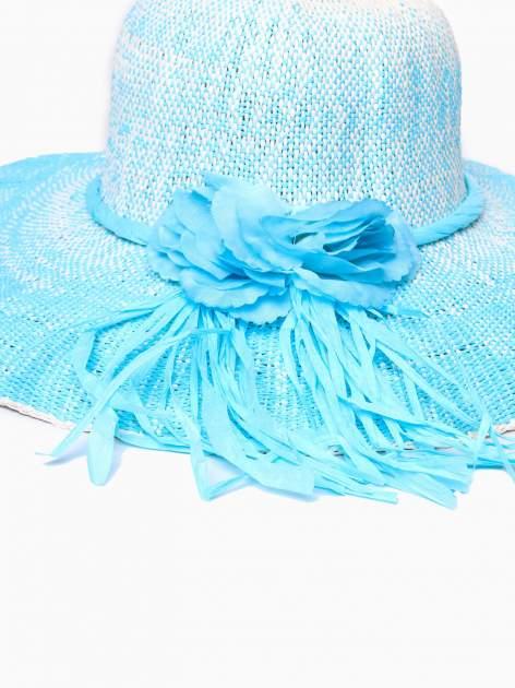 Niebieski kapelusz słomiany z dużym rondem i kwiatem                                  zdj.                                  7