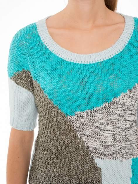 Niebieski patchworkowy sweter z krótkim rękawem                                  zdj.                                  5
