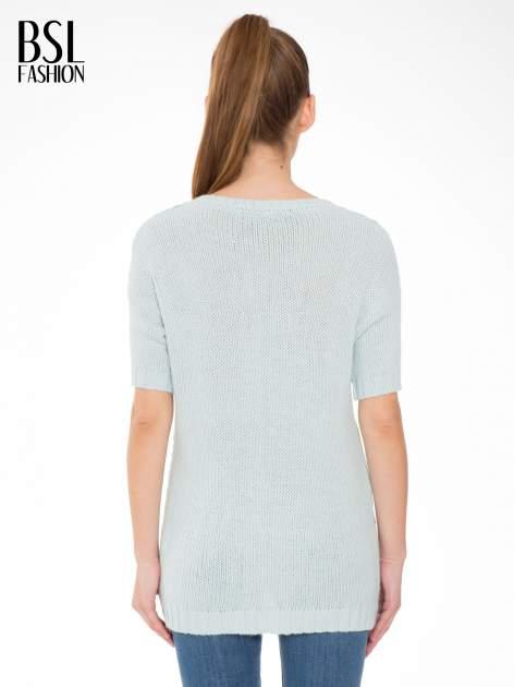 Niebieski patchworkowy sweter z krótkim rękawem                                  zdj.                                  4