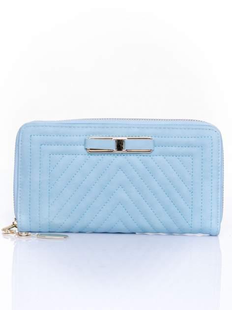Niebieski pikowany portfel z ozdobną klamerką